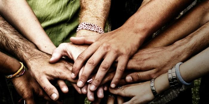 Mains qui s aident image de groupe amis mariage photo groupe mariage