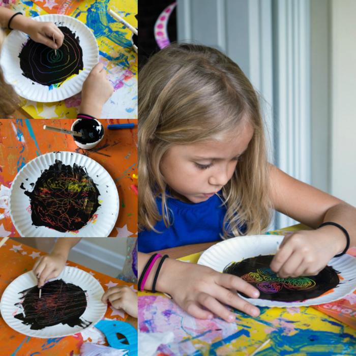 tuto pour réaliser des dessins d'halloween originaux sur des assiettes en carton recouvertes de gouache noire à gratter, activité halloween amusante à faire les petits enfants