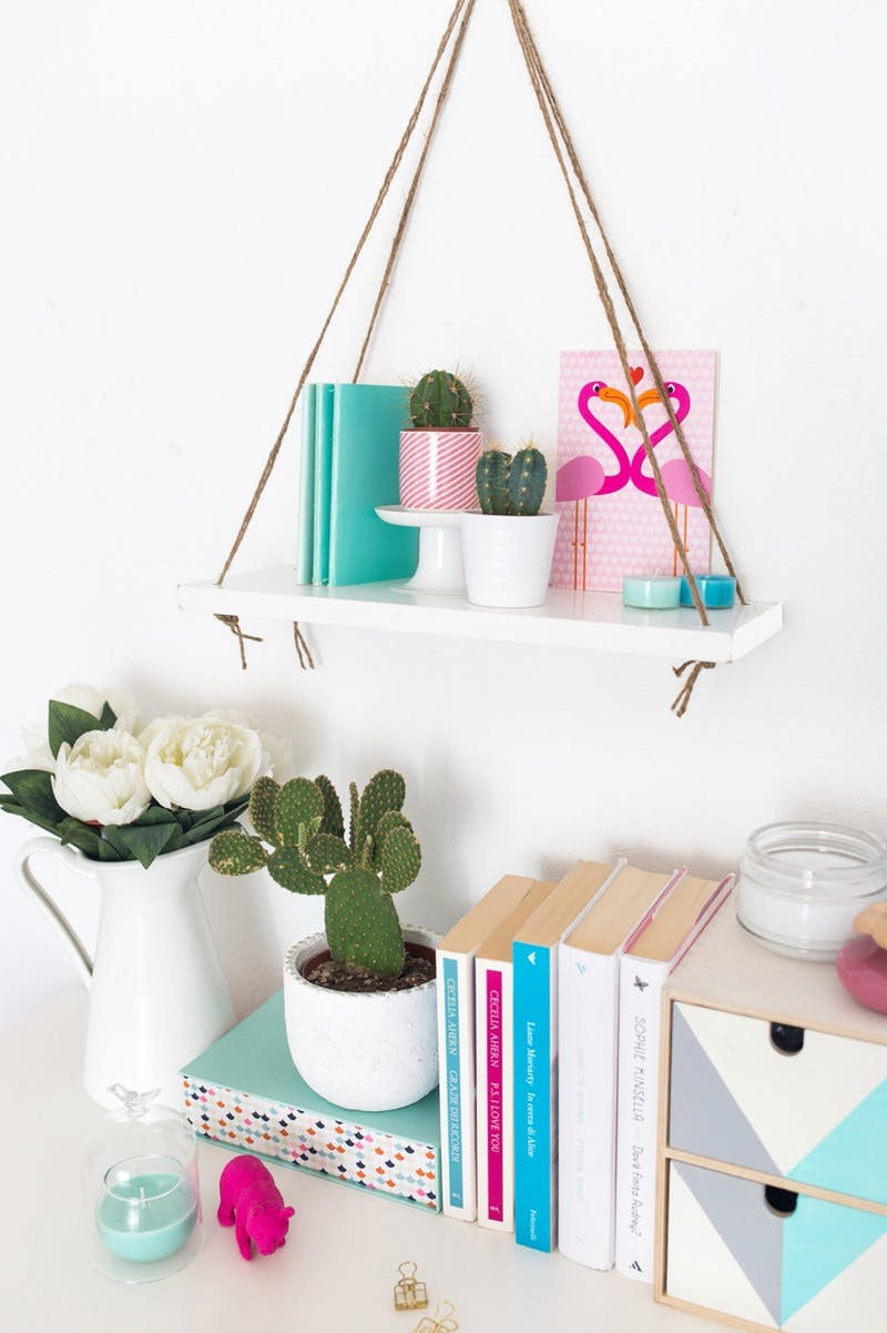 idee de pinterest diy chambre, planche blanche avec des cordes pour suspendre, diy rangement accessoires deco, plantes