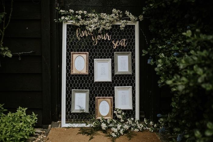 exemple de plan de table mariage, grille dans un cadre avec des listes invités dans des cadres vintage