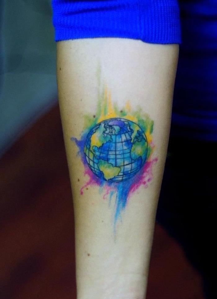 tatouage voyage terre en aquarelle couleurs