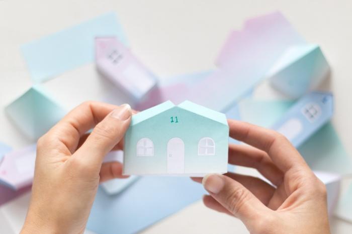 calendrier de Noel avec petites maisonettes pleines de cadeaux pour chaque jour du mois