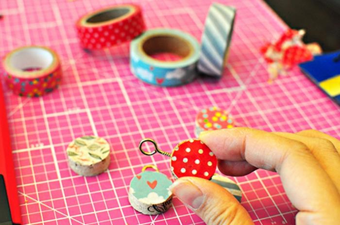 Idée bouchons liege décoration avec des bouchons de liège bijou à l aide de washy tape