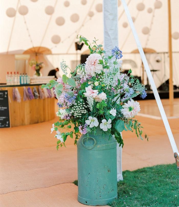 pot à lait fleuri de plusieurs fleurs des champs colorés, idée entrée réception mariage, suspensions boules blanches