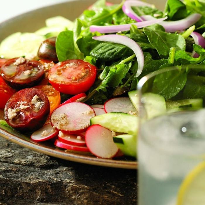 presentation salade composée, oigon rouge, épinards, tomates cerises, radis, concombres