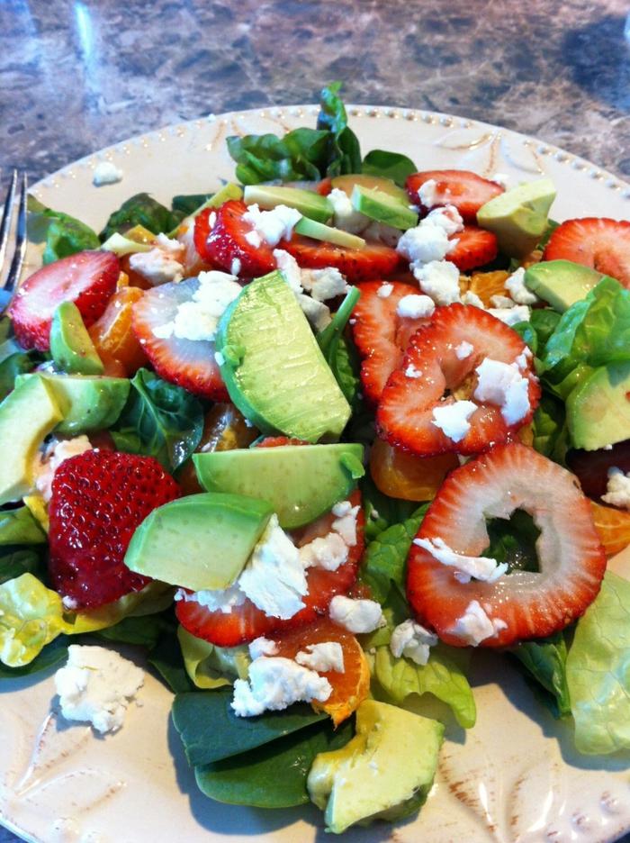 presentation salade composée, avocats verts, fraises, fromage de chèvre, épinards