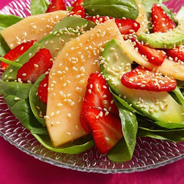 presentation salade composée, graines de sésame, fraises, mangue et épinards