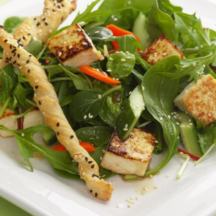 presentation salade composée, salade savoureuse avec des épinards et halloumi