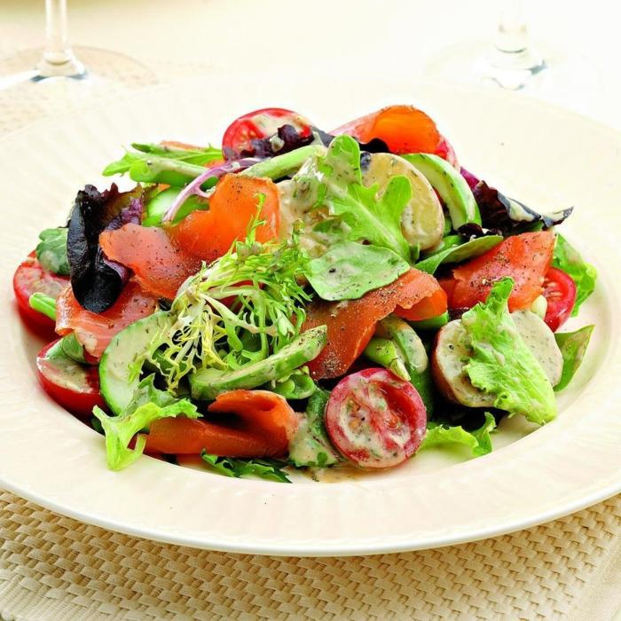 presentation salade composée, tomates cerises, saumon, laitier et herbes fraîches