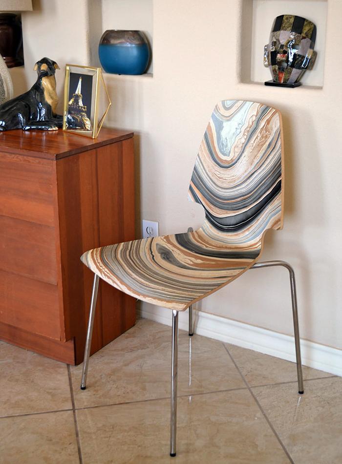 relooker des chaises en bois terne grâce à papier décoratif effet marbre