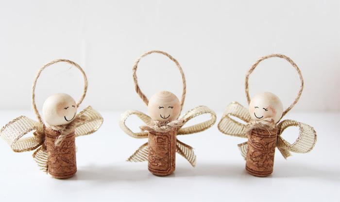 que faire avec des bouchons de liege, petits anges avec des têtes en boules de bois et ailes en ruban beige