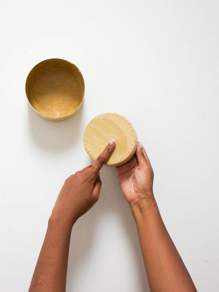 un projet diy déco chambre pour réaliser réaliser une jolie boîte en béton avec une moule ronde
