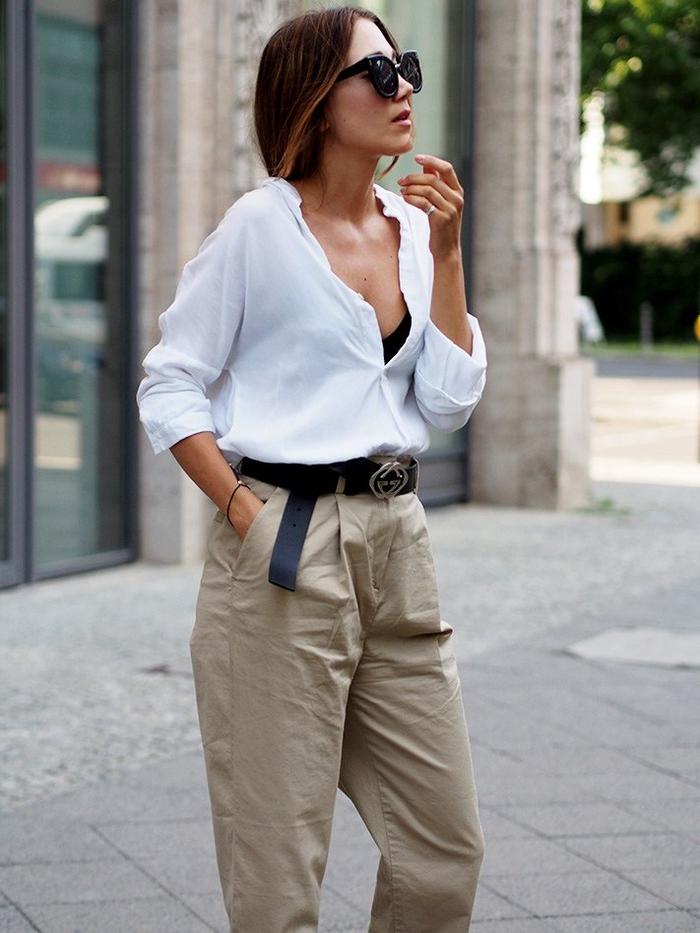 look décontracté au tailleur pantalon kaki femme associé à une chemise blanche à grand décolleté
