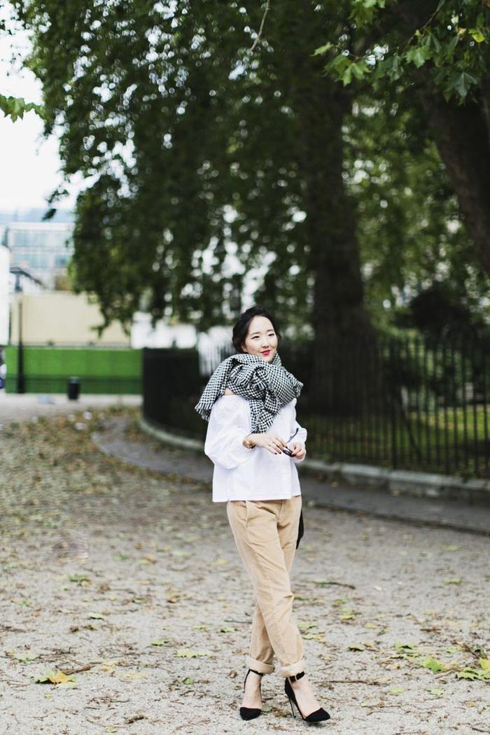 tenue minimaliste et chi en blouse bouffante, pantalon kaki femme à bas roulé et des sandales élégantes noires