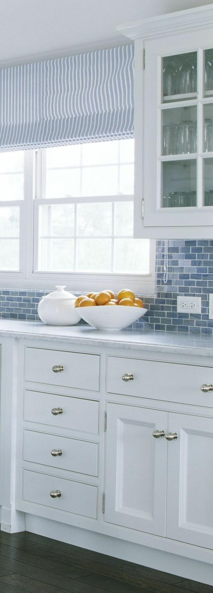 cuisine bois clair, quelle couleur pour les murs d'une cuisine, meubles massifs en blanc, mosaïque bleu au-dessus du plan de travail