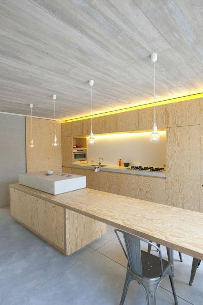 repeindre sa cuisine, peinture gris perle, meubles en beige, plafond aux effets marbrés, quatre luminaires suspendus longs, plan de travail long en beige, sol en gris perle, effet de marbre