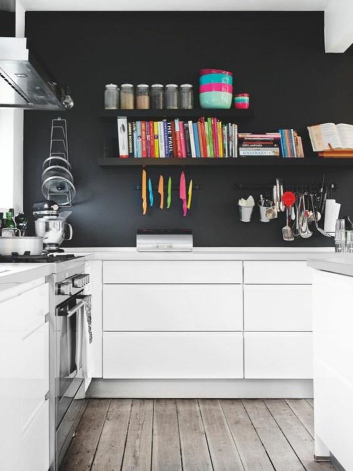 repeindre sa cuisine en gris fumée, nuance sombre, meubles blanc éclatant, sol avec parquet en bois brut en couler grise