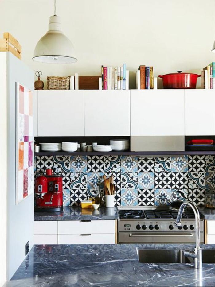 quelle couleur pour les murs d'une cuisine, mosaïque en bleu, noir et gris au-dessus du plan de travail, luminaire suspendu blanc de style industriel, plan de travail du lavabo en noir marbré