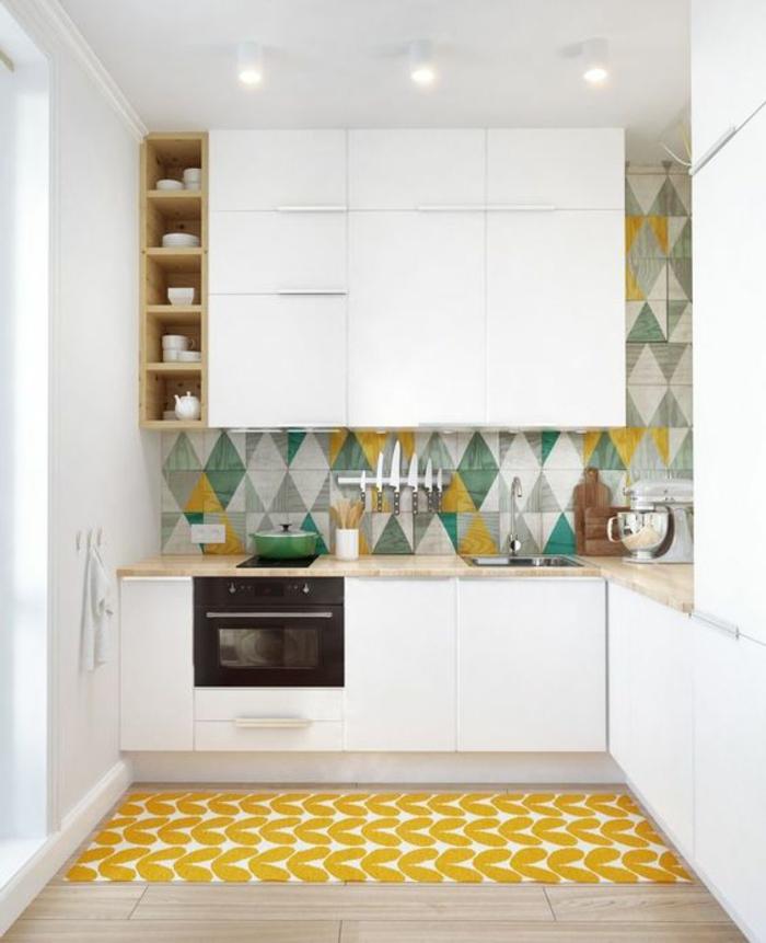 quelle couleur pour les murs d'une cuisine, mosaïque en jaune, vert menthe, blanc et gris, sol avec parquet couleur chair, tapis rectangulaire en jaune et blanc, avec des motifs feuilles de fleurs