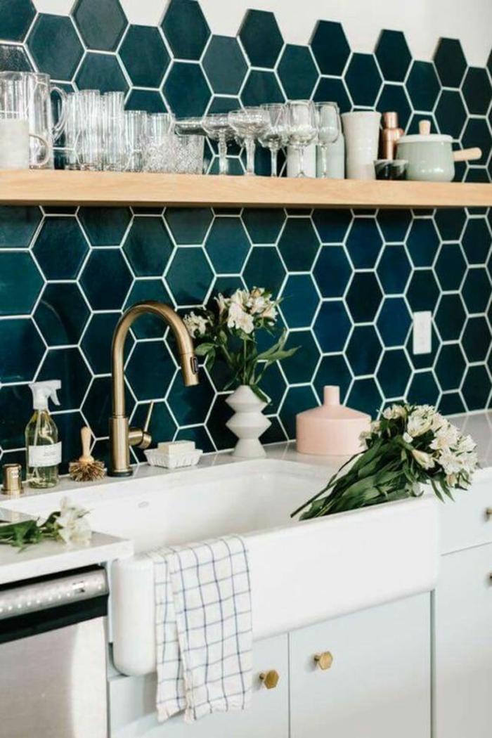 repeindre sa cuisine, mosaïque au-dessus du lavabo en vert et bleu, grand lavabo blanc rétro, évier rétro en couleur bronze, étagère au-dessus du lavabo en couleur claire