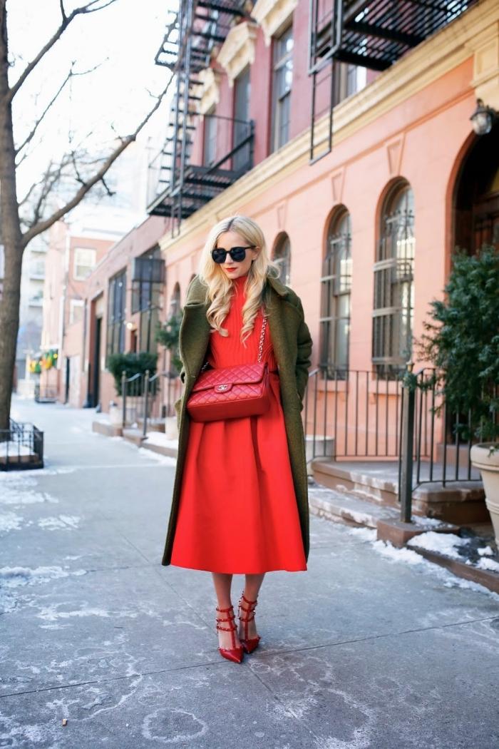 couleur complémentaire du rouge, modèle de robe longue rouge avec manteau vert kaki et chaussures rouge