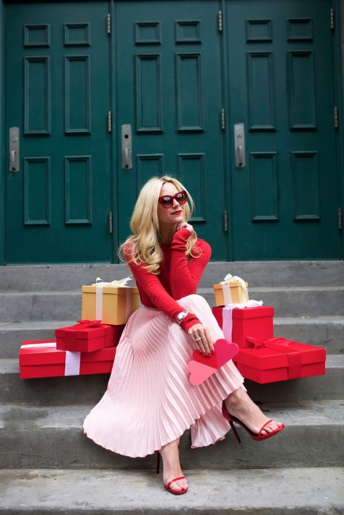tendance fashion, sandales et blouse rouge avec jupe longue en rose, coupe de cheveux femme longs bouclés