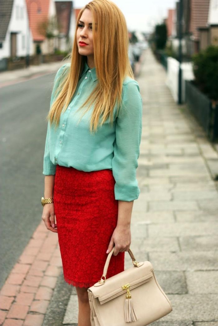 couleur complémentaire du rouge, look femme en jupe rouge dentelle et chemise verte claire avec montre en or