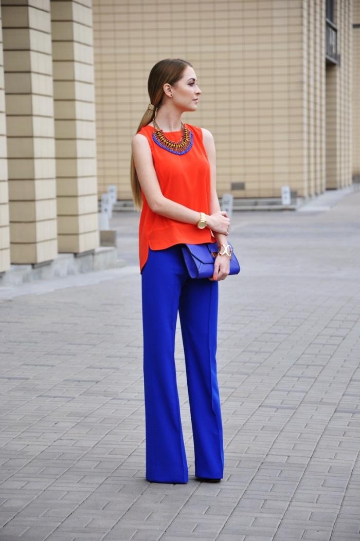 les couleurs qui vont ensemble pour s'habiller, comment assortir les couleurs complémentaire bleu et orange, femme au pantalon bleu foncé et top orange