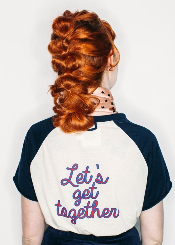 une coiffure cheveux mi-longs en queue-de-cheval bulles réinventée à effet coiffé-décoiffé