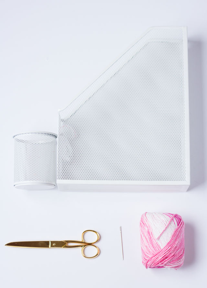 relooker ses accessoires de bureau en y brodant des fils de laine colorés, un projet diy déco maison pour donner un coup de neuf à son espace bureau
