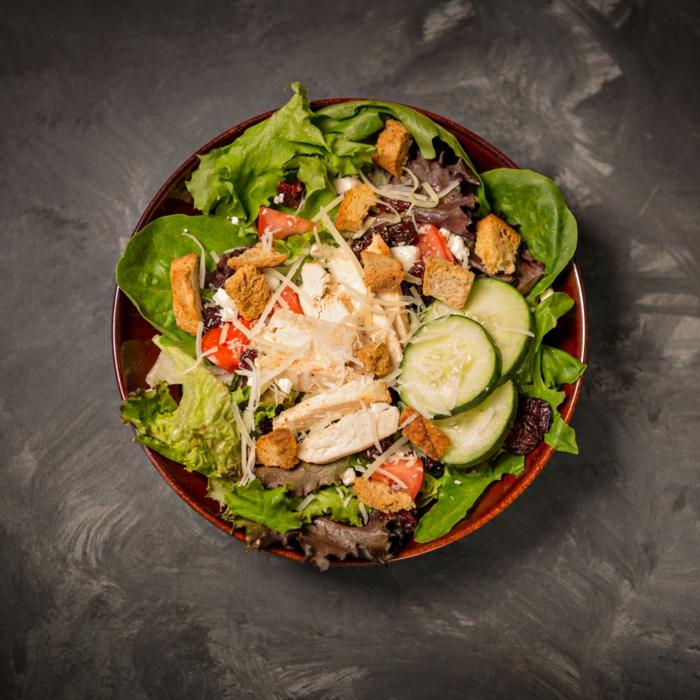 recette de salade composée, concombres, laitues, noix de grenoble, parmesan