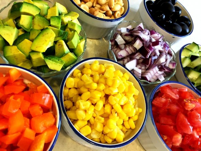 recette de salade composé, mais, avocats, cacahuettesn oignon rouge, carottes