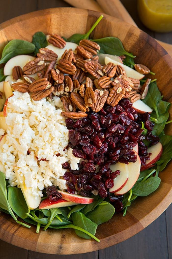 recette de salade composée, combinaison savoureuse de pommes, myrtilles rouges, noix de grenoble, épinards