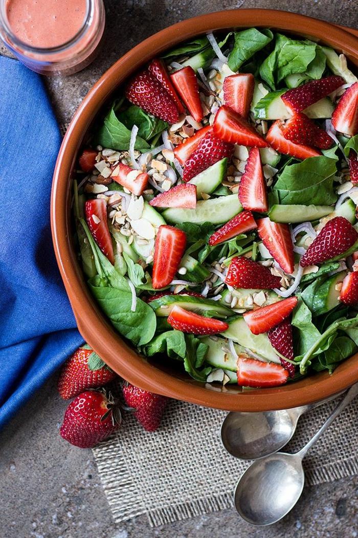 recette de salade composée, fraises et concombres mixés avec des noix et des épinards