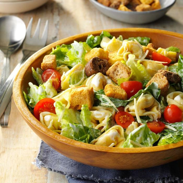 recette de salade composée, croutons croustillants, moitiés de tomates cerises, radicchio ou laitier