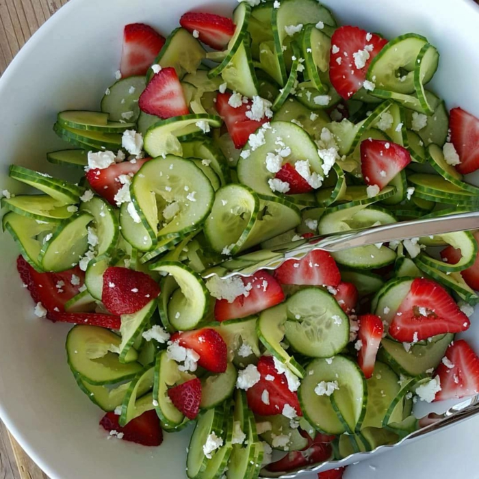 recette de salade composée, fraises, concombres et fromage émietté