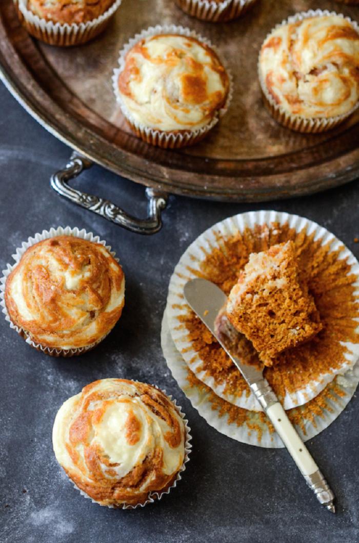 comment composer un menu d'automne raffiné pour un brunch, recette de muffins marbrés à la citrouille et
