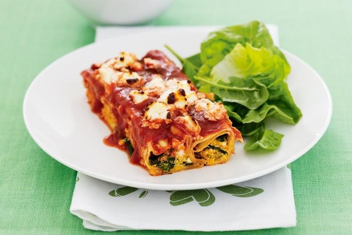 plat délicieux et convivial pour une recette octobre parfaite, des cannellonis aux épinards et ricotta à la sauce tomate