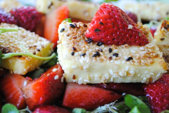 recette salade été, fromage rôti avec des fraises, des graines de sésame et épinards
