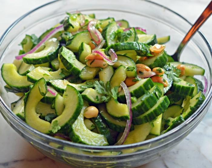 recette salade composée, des cacahuettes, des avocats, oignon et concombres