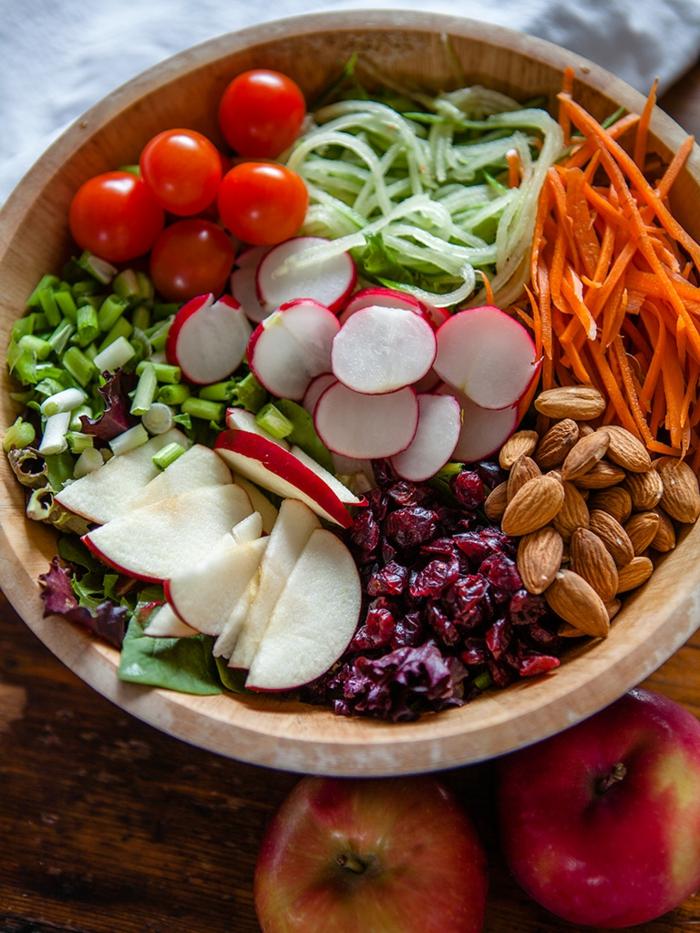 recette salade composée hiver, salade vitaminée, tomates, radis, canneberges, amandes