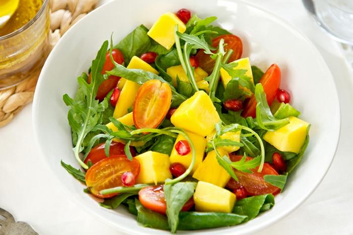 recette salade composée hiver, mangue, tomates, roquette et feuilles vertes