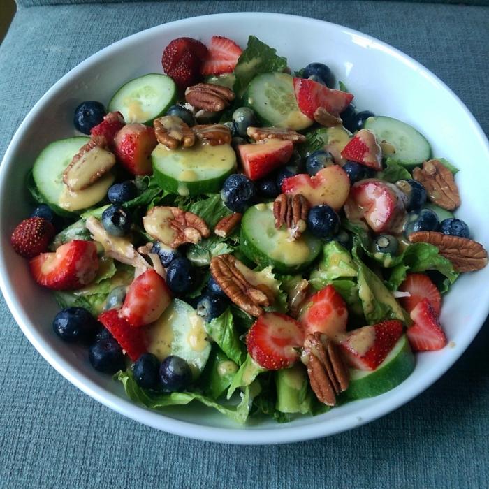 recette salade composée, fraises, noix de pecan, concombres, myrtilles