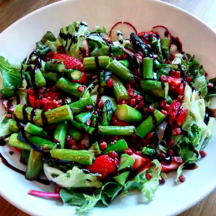 recette salade composée, caperses, fraises, dressing, laitue, radis et oignon rouge
