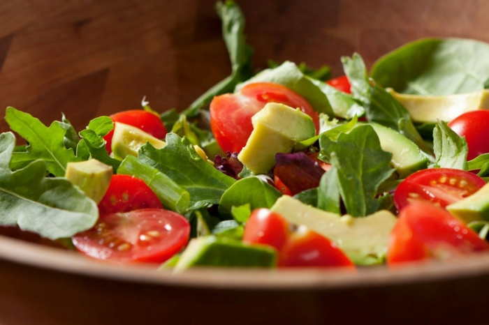 recette salade composée, tomates cerises, roquettes, avocat, salade saine et appétissante