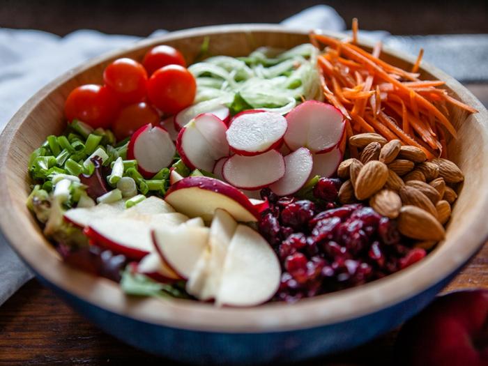 recette salade composée, tomates cerises, radis, carottes, amandes, oignon vert