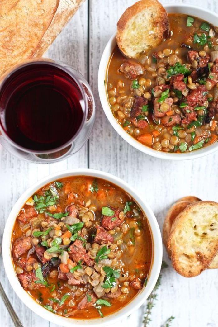 une recette octobre rapide et pas chère pour les jours de froid, soupe aux lentilles et saucissons fumés accompagné de croustillants de pain
