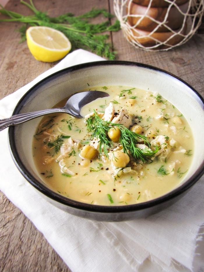 une soupe à la grecque réconfortante au poulet, riz et citron pour lutter contre les premiers frimats