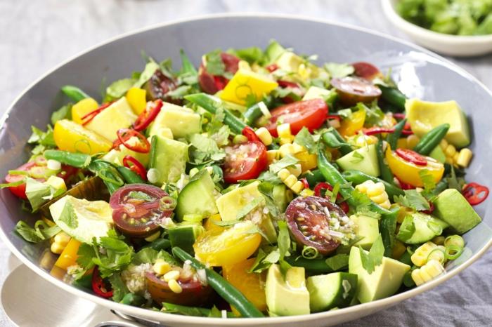 recettes de salades composées, concombres, tomates cerises, avocat, kumquats, haricots verts