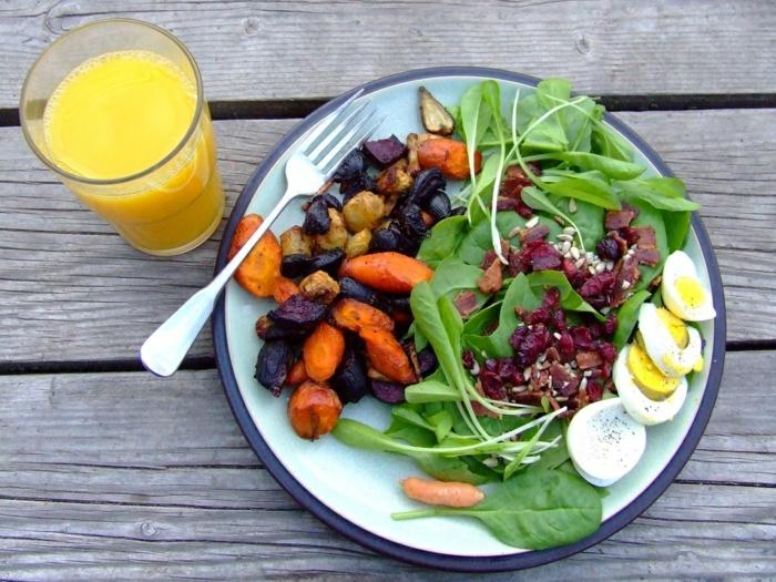 recettes de salades composées, oeufs dûrs, carottes roties, roquettes, jus d'orange